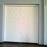 דלתות אקוסטיות עם חיפויים מיוחדים לפי דרישת אדריכל