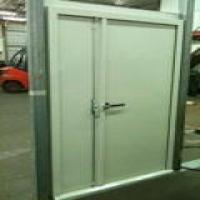 דלת אקוסטית AD-50 דו כנפית עם ידית הידוק ובריח עליון ותחתון, בעלת סף תחתון קבוע