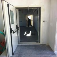 דלת אקוסטית AD-50 עם סף תחתון קבוע, מנגנון בהלה וחלון צפייה